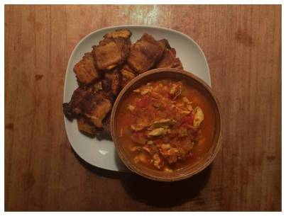 Fried plantain with chicken-tomato sauce